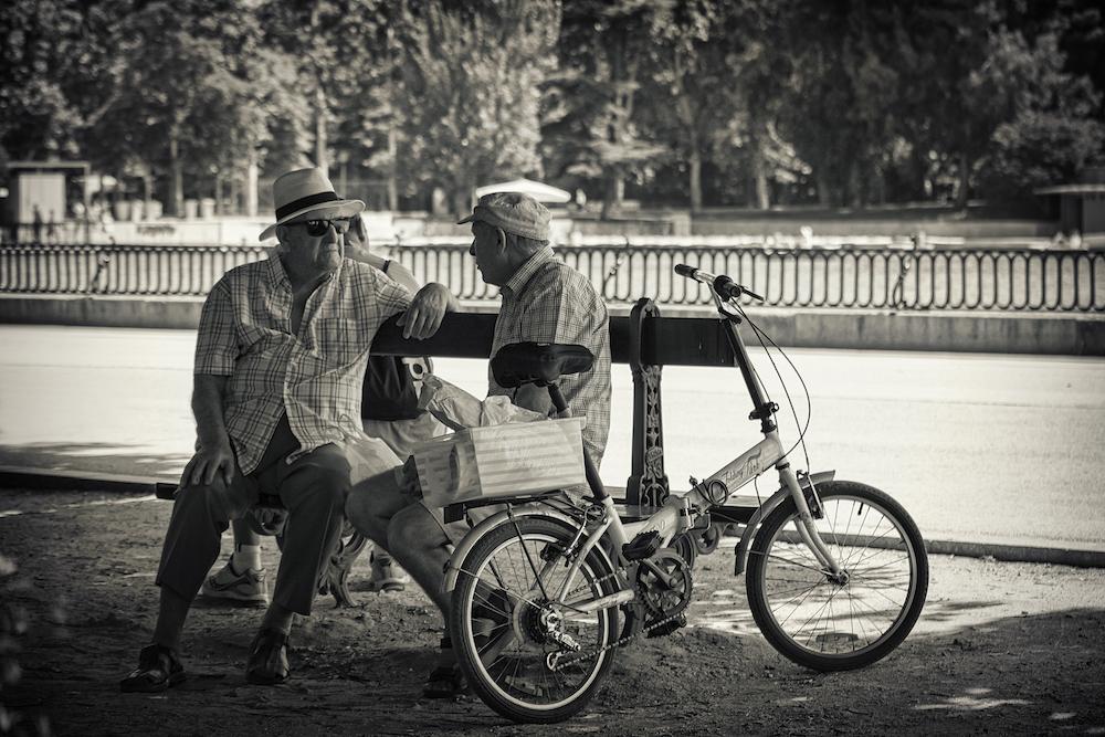 hombre charlando bici al lado