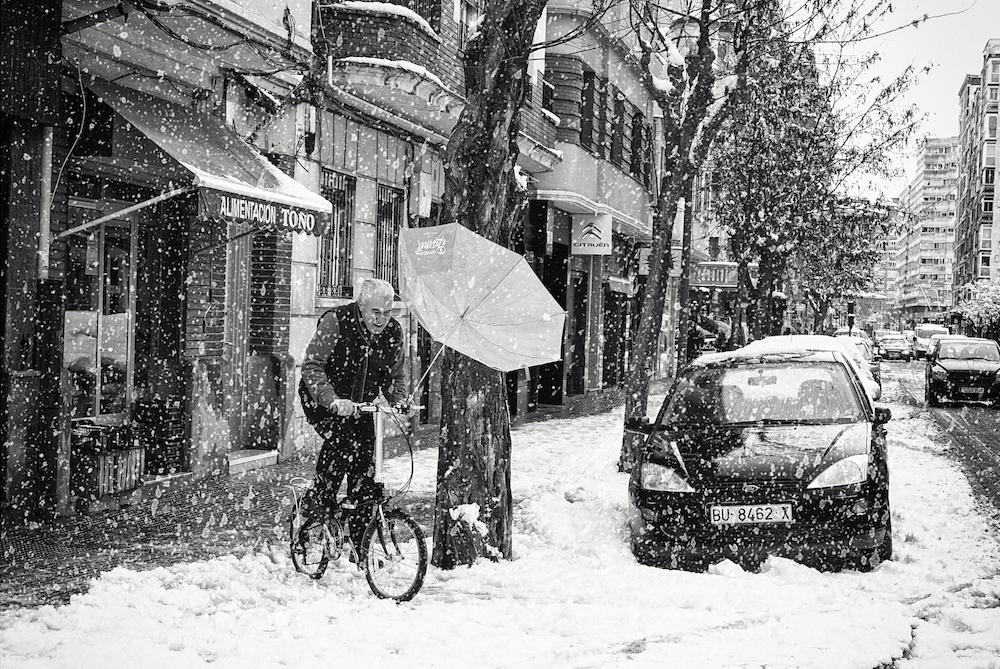 Ciclista durante una nevada