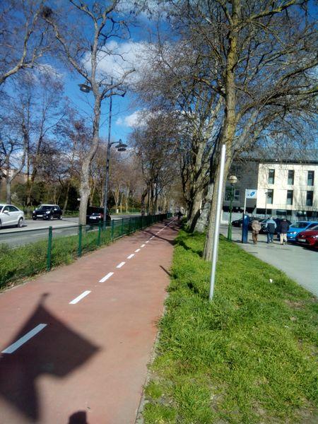 """Poste del que se ha eliminado la señal vertical """"Atención ciclista: el peatón ... """""""