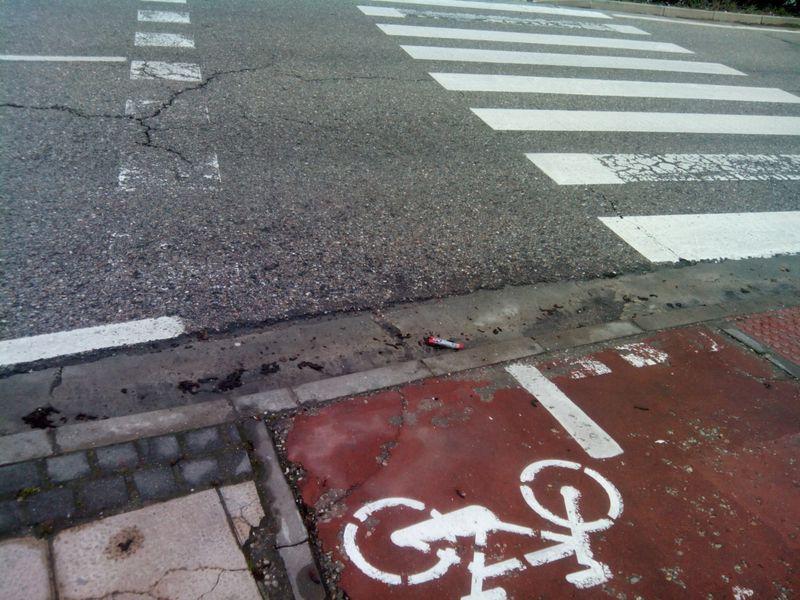 Paso ciclista en el que es preciso el repintado de las marcas viales de paso ciclista B 4.4. También se advierte que  no se han eliminado totalmente las marcas transversales discontinuas del carril bici con el paso ciclista pese a que sí se han eliminado los cedas el paso de la señalización horizontal. Avda Castilla y León