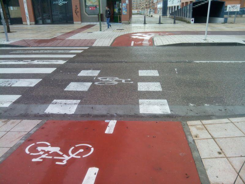 Paso ciclista de c/ V. Aleixandre en que sólo se ha pintado las marcas viales B 4.4. en la mitad de la calzada.