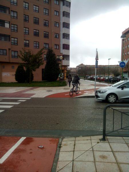 Paso ciclista en que no se ha pintado las marcas viales B 4.4. de paso ciclista. c/ V. Aleixandre