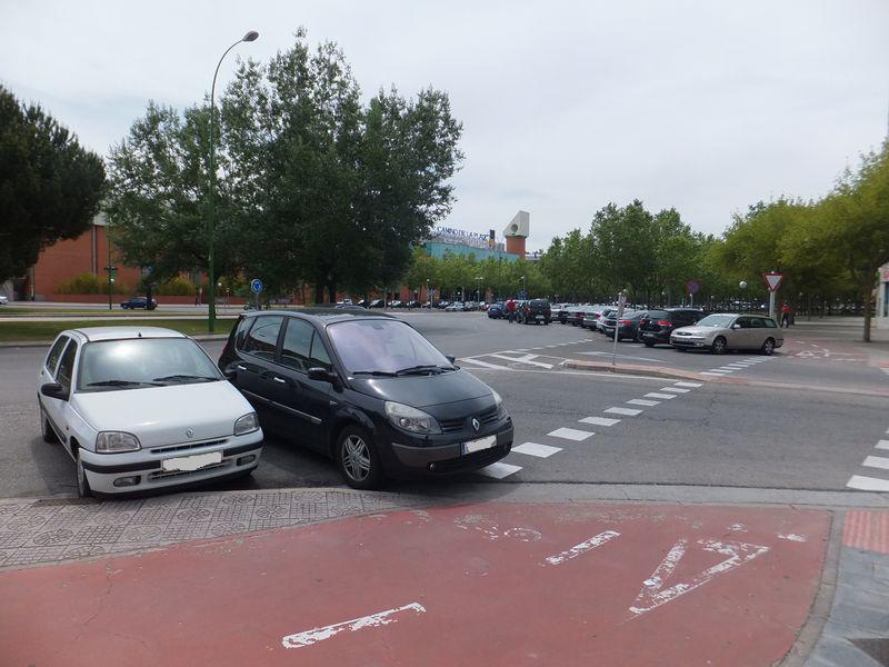 Vehículos estacionados en confluencia de c/ Juan Bravo con Avda Castilla y León justo a paso ciclista y paso de peatones. Imágen anterior a marzo 2016.