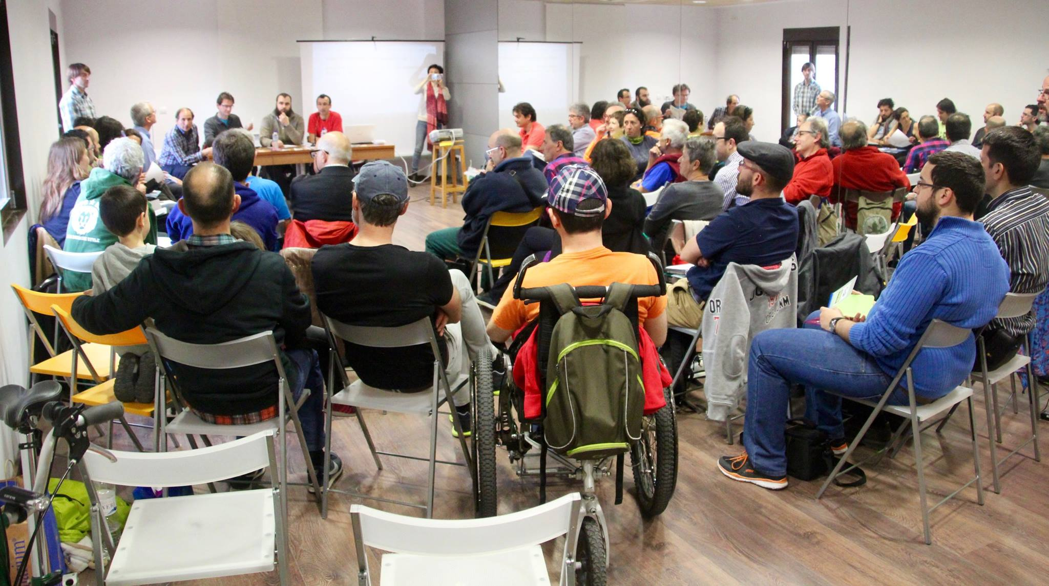 Reunión Asamblea de Corella 2. gente en círculo