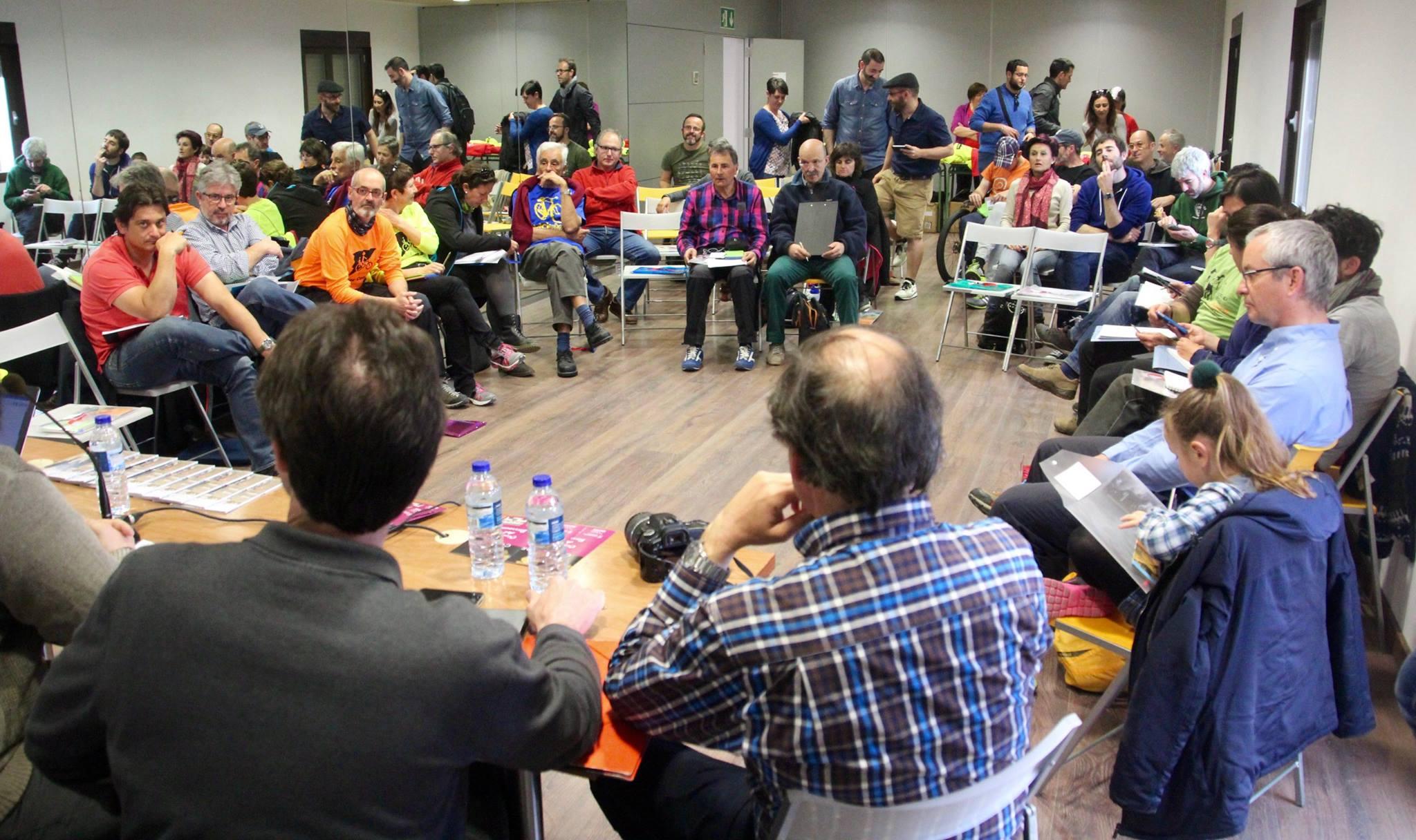 Sala de reuniones. Gente en círculo