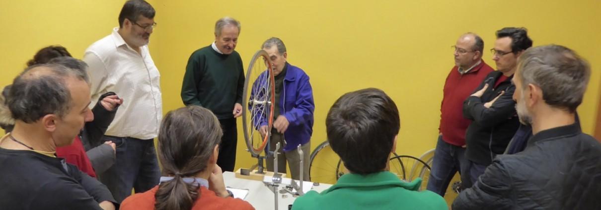 Grupo de personas en clase de centrado de ruedas