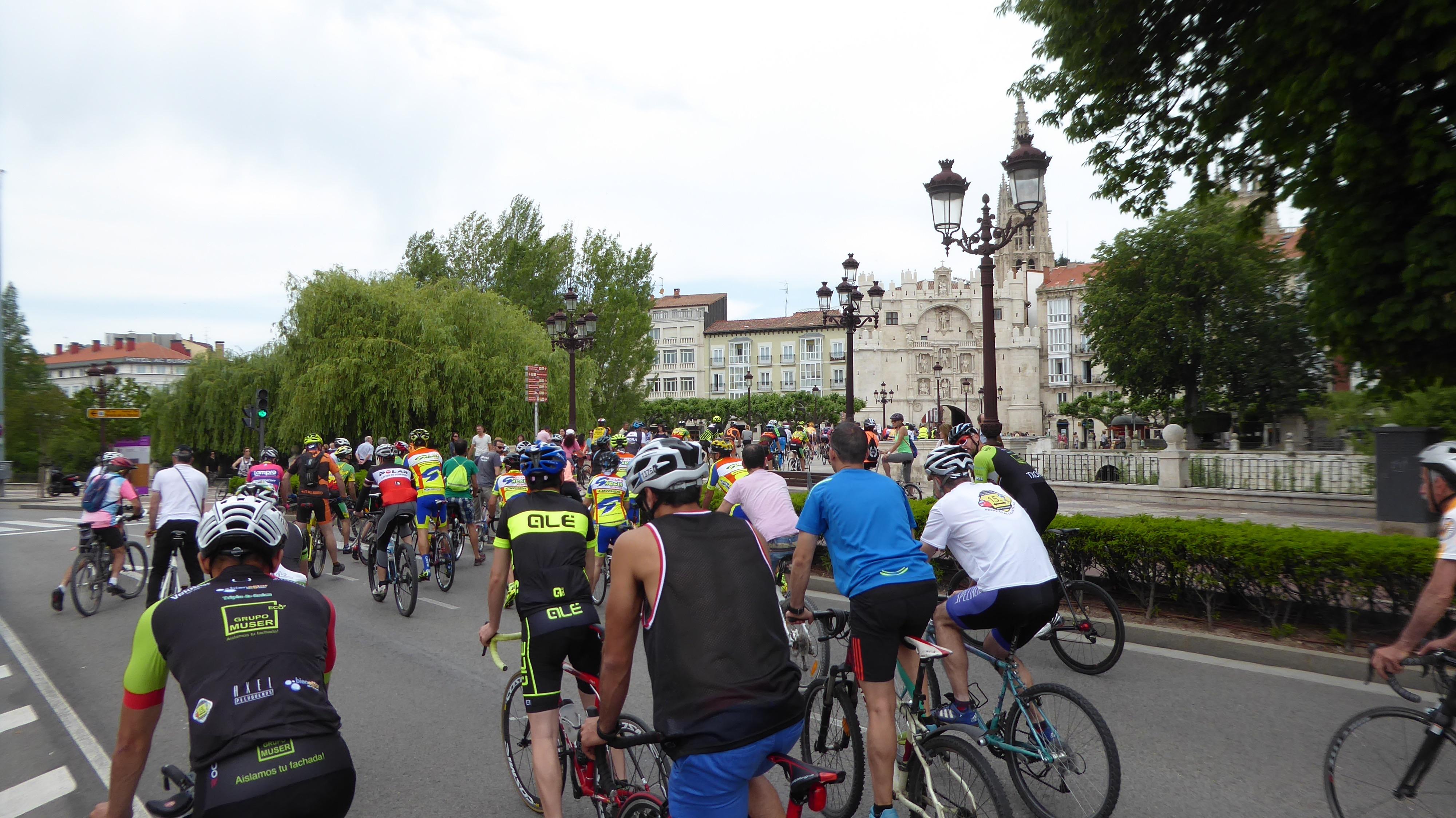 Ciclistas frente al Arco de Santa María