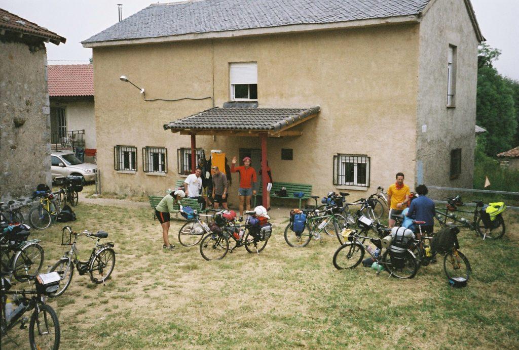 Grupo de cicloturstas descansando