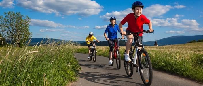 tres niños en bici un día soleado
