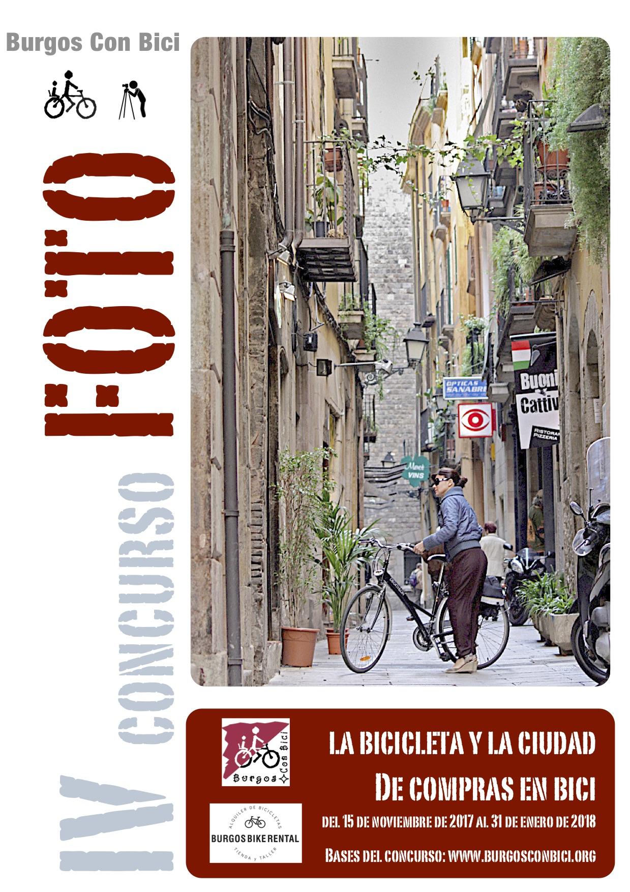 Carted de concurso de fotografía con la imagen de una mujer en bici en una calle estrecha con comercios