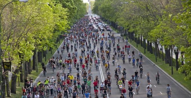 Calle repleta de ciclistas