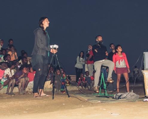Pase de cine con proyector a pedales en un pueblo africano