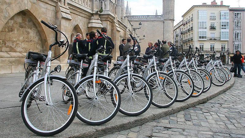 Bicis electrizas colocadas en fila frente a la catedral para presentación en sociedad