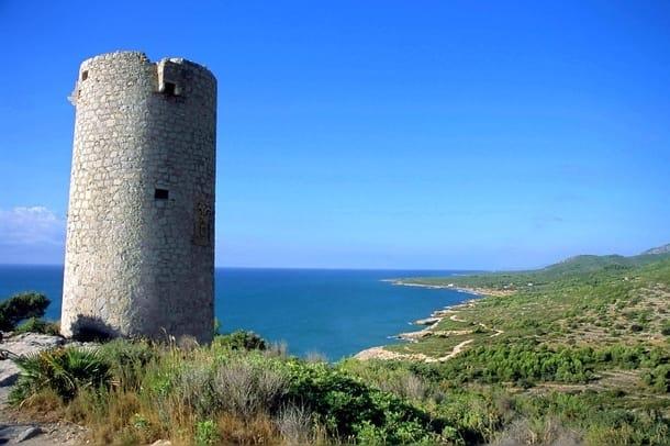 Paisaje marino con torre medieval en primer plano.