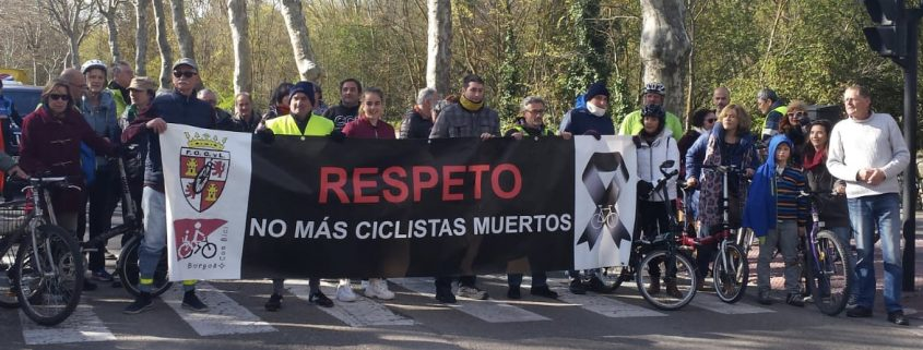"""grupo de ciclistas cortando la Avda. Palencia en Burgos con una pancarta """"no más ciclistas muertos"""""""