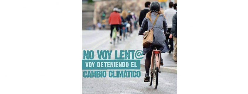 Grupo de ciclistas de espaldas por la calle. Mujer en primer plano.