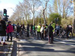 grupo de ciclistas cortando la Ava. Palencia en Burgos