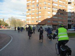 Grupo de ciclistas en la Rotonda de San Agustín
