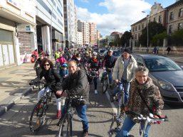 Grupo de ciclistas en la calle Madrid de Burgos