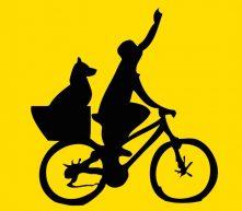 Ciclista con perro en transportín