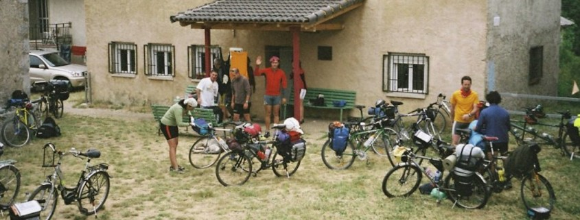 Grupo de cicloturistas preparándose para el viaje