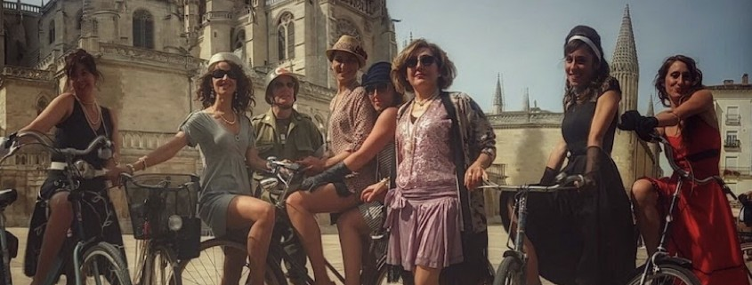 Chicas vestidas de época con bicheras c´lásicas