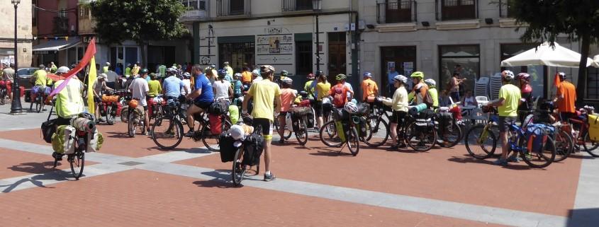 Grupo de ciclistas. Plaza de España. Miranda de Ebro. Día soleado