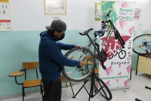 Interno manipulando una bici
