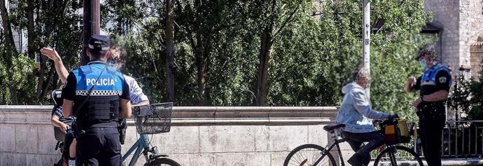 Dos policías multadlo a dos ciclistas en las inmediaciones del puente Santa María
